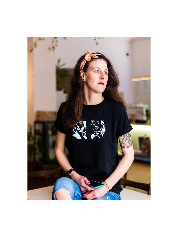 Žena v černém kojicím tričku s ilustrací Same same, but different