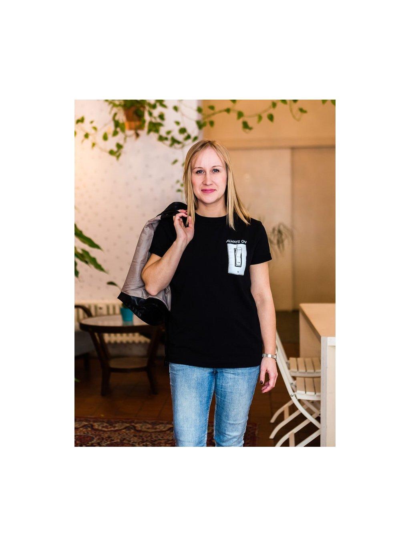 Žena v černém kojicím tričku s ilustrací Always On
