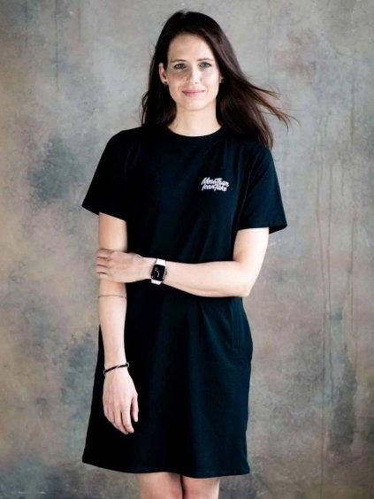 Žena v černých kojicích šatech s motivem More than I can take