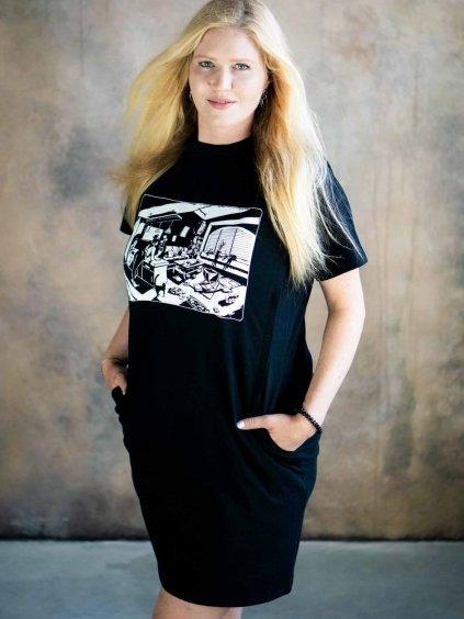 Žena v černých kojicích šatech s ilustrací Mess is the new life