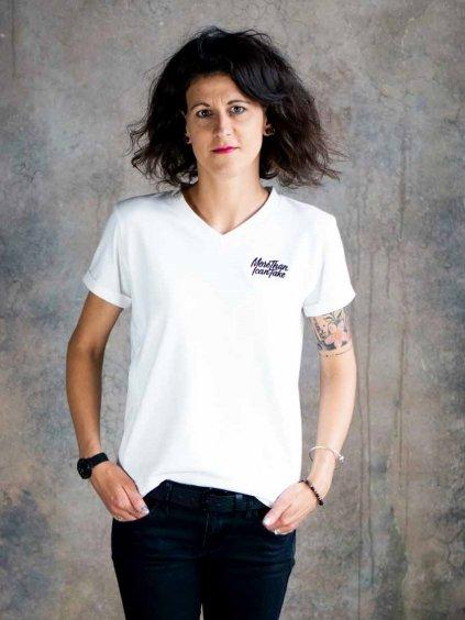 Stojící žena v bílém kojicím tričku s nášivkou More than I can take