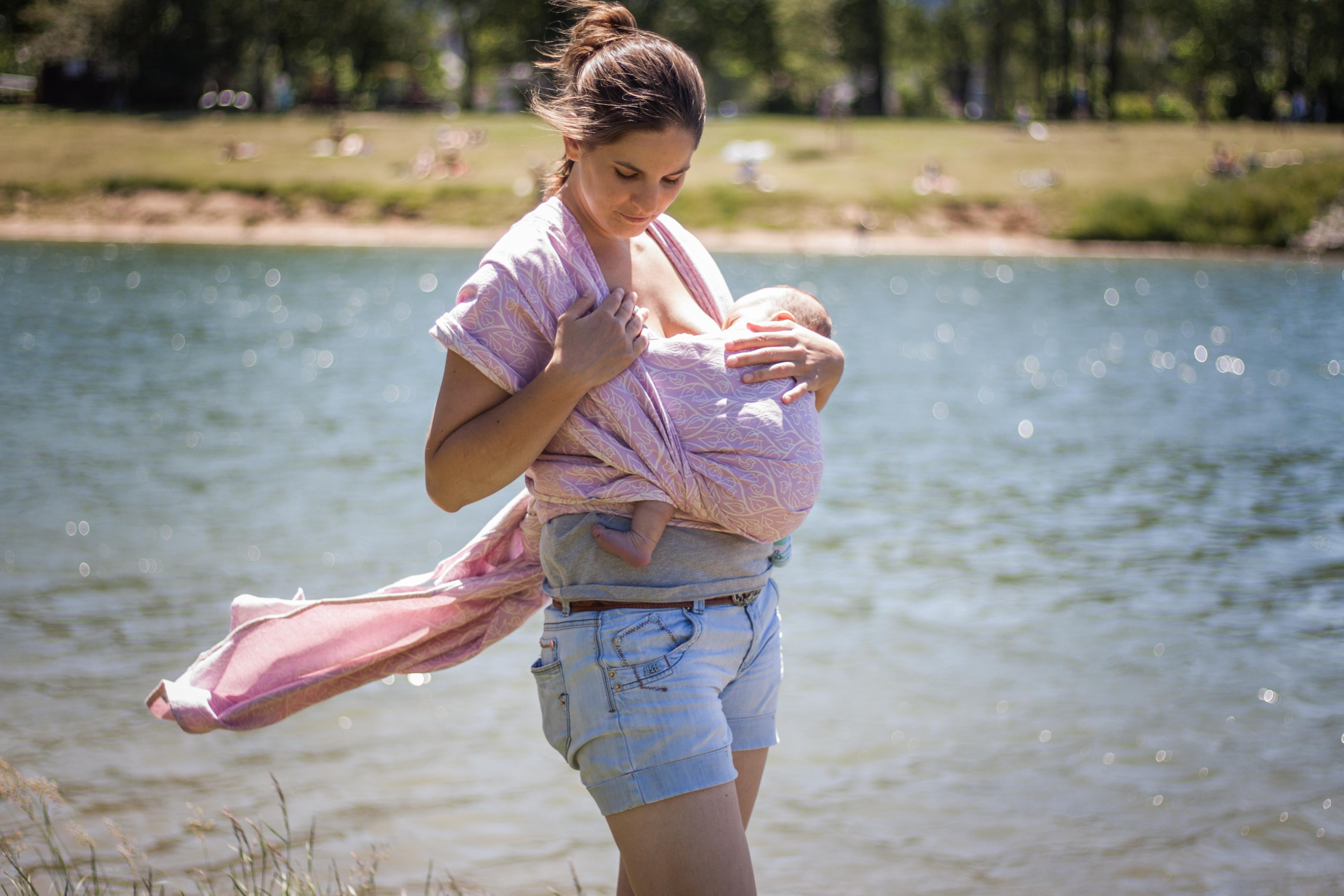 Kojení v létě: stačí miminkům mateřské mléko?