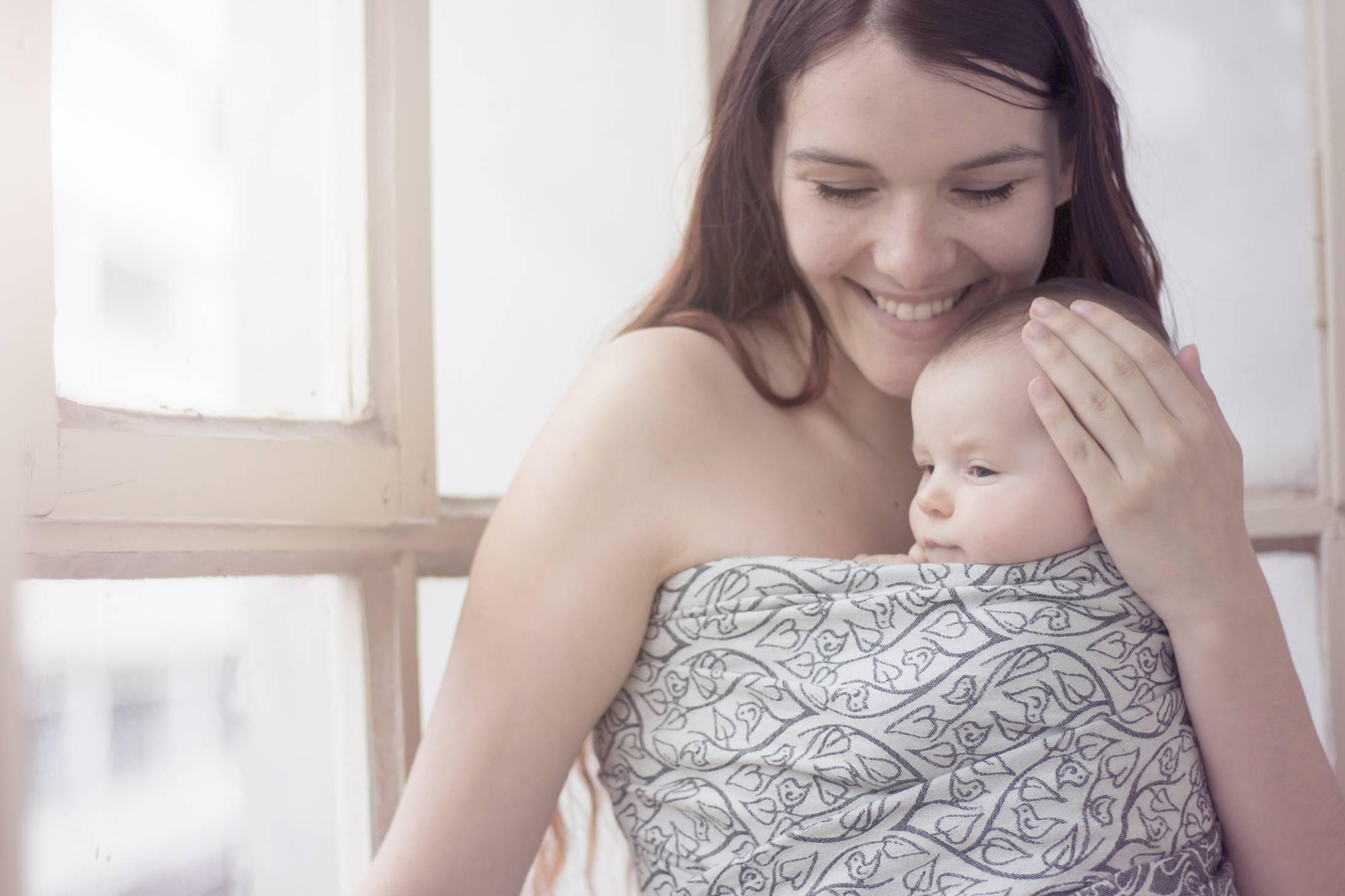 Jak vybrat první šátek na nošení dětí