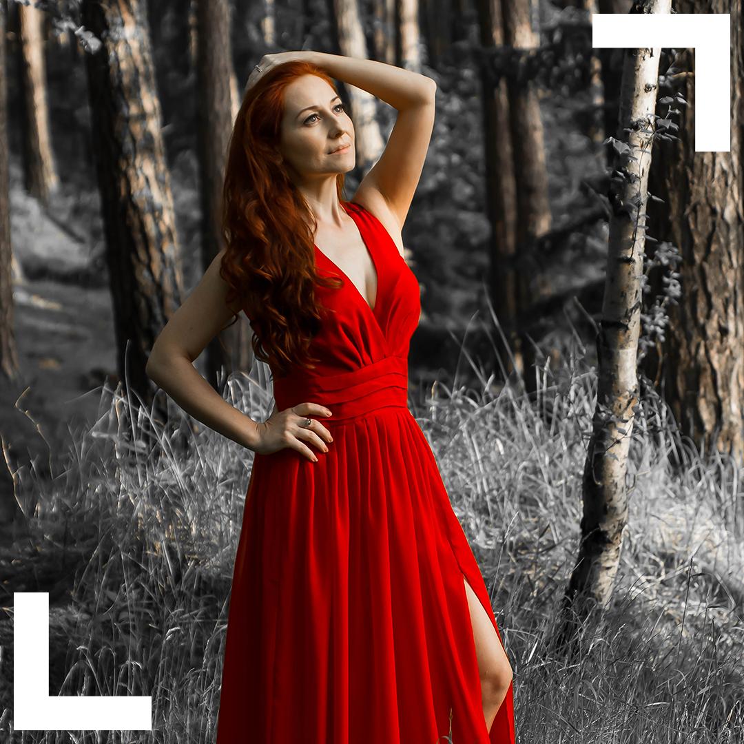 Červené šaty. Číší znich sex-appeal a smyslnost.