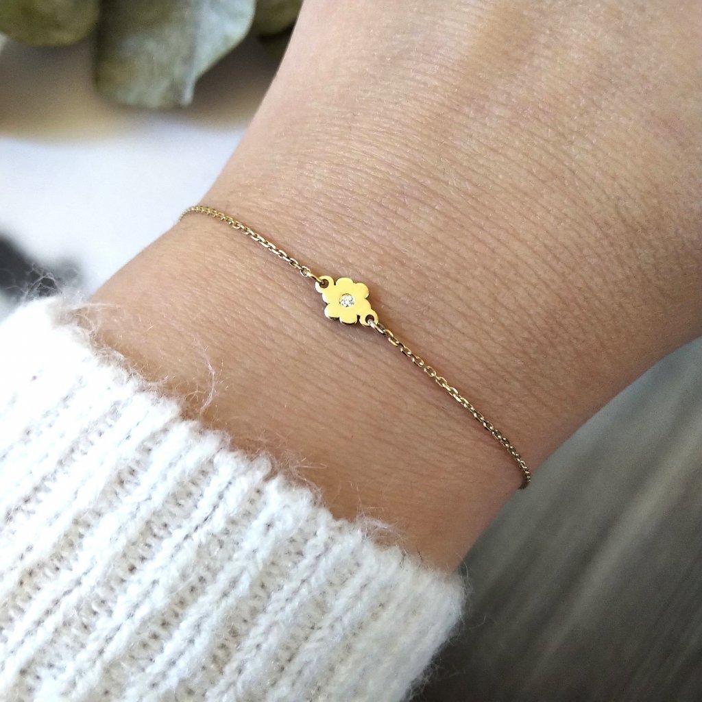 řetízkový náramek kytička žluté zlato looa na ruce