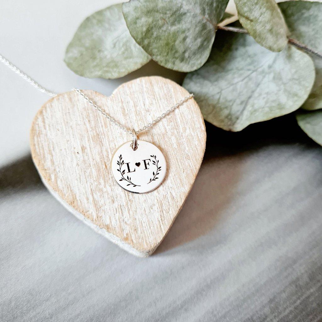medailon květy monogram šperky looa