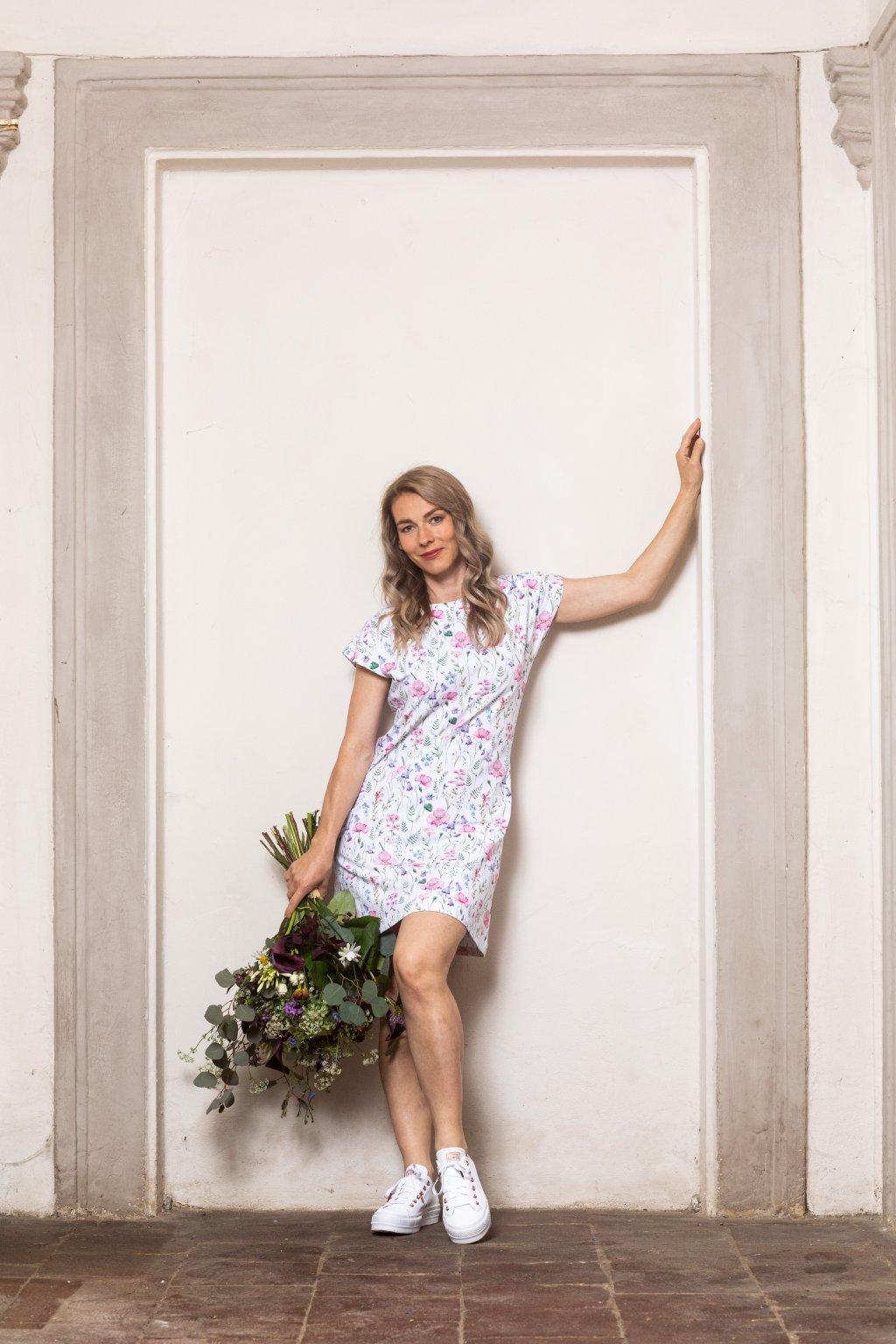 Letní volné šaty s lučními květy a kapsami