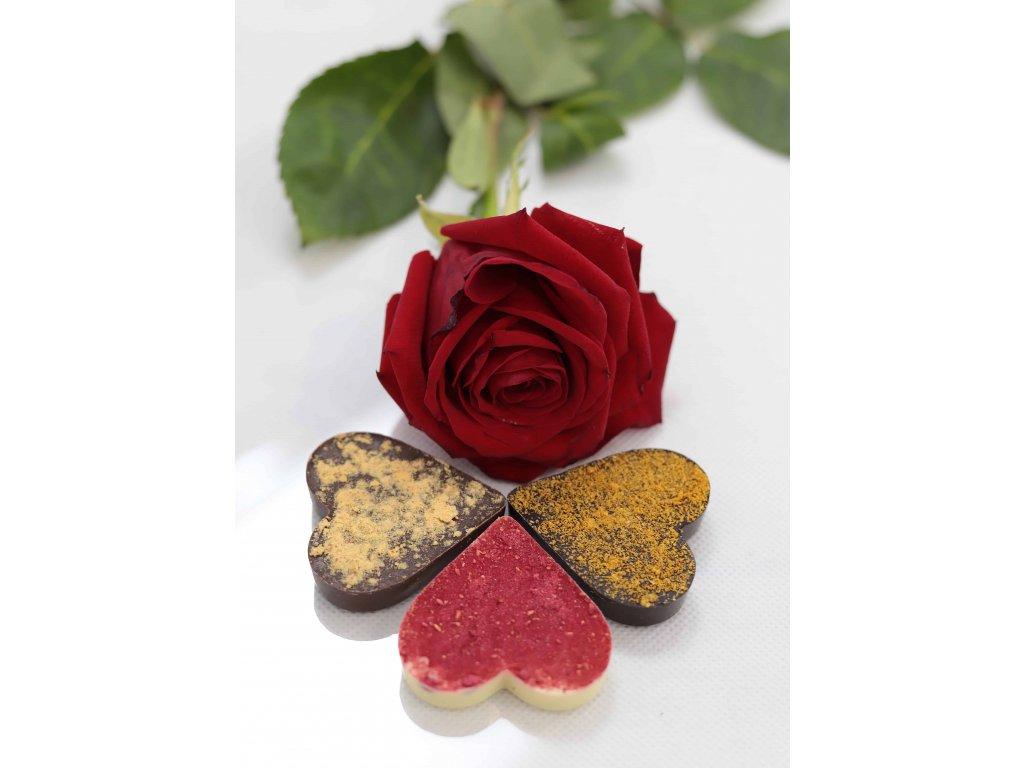 ČOKOLÁDOVÁ SRDÍČKA s LYO PRÁŠKEM - bílá čokoláda s lyomalinou, mléčná čokoláda s lyobroskví a hořká čokoláda s lyorakytníkem
