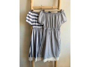šaty s proužky a odhalenými rameny