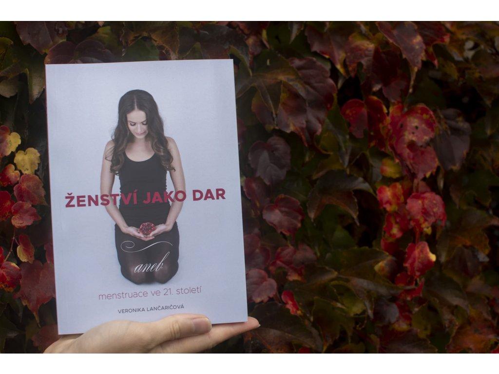 Kniha %22Ženství jako dar aneb menstruace ve 21. století%22 Veronika Lančaričová magickelono 3