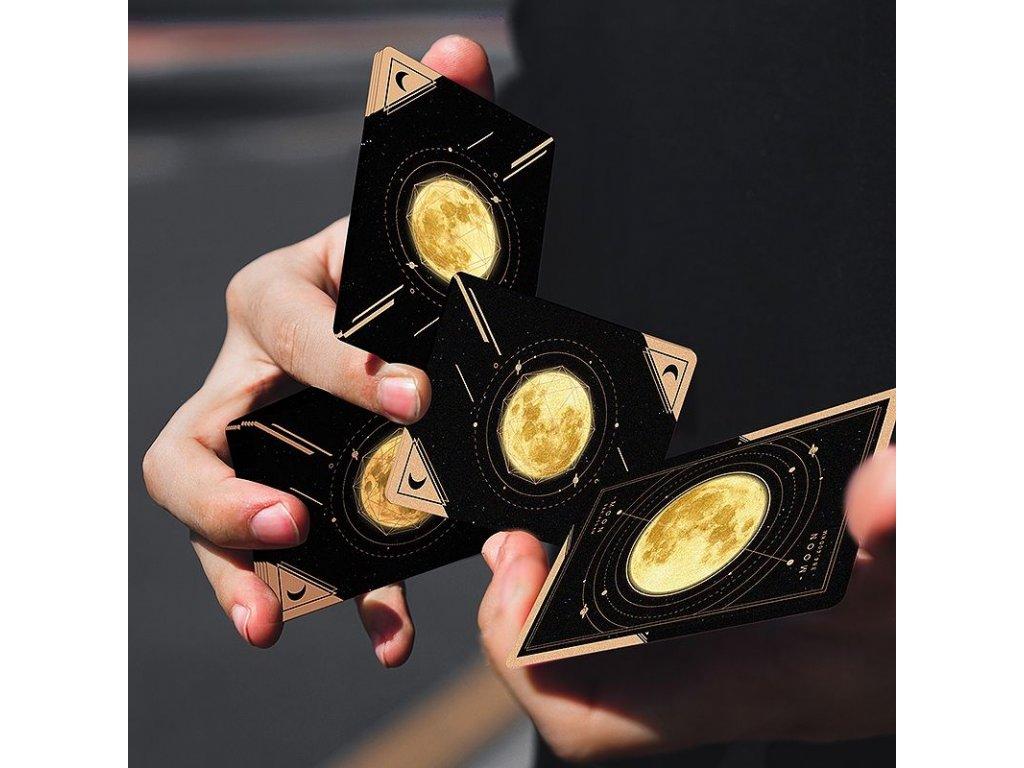 NOVINKY: Moon, Box na karty a Zázračné kostky