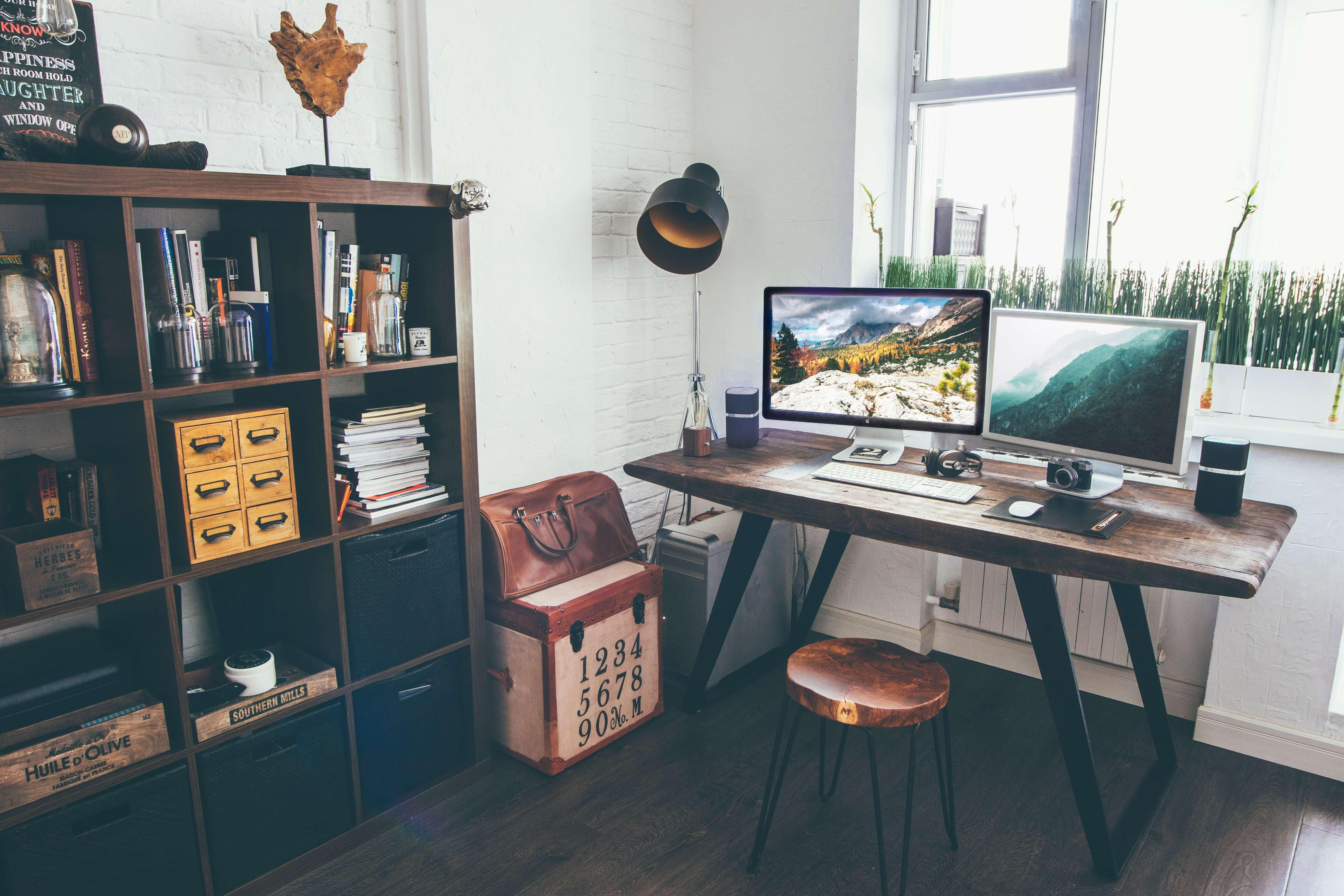 Az irodai polcok nemcsak tároló helyként szolgálnak, hanem egyaránt stílusos kiegészítő is.