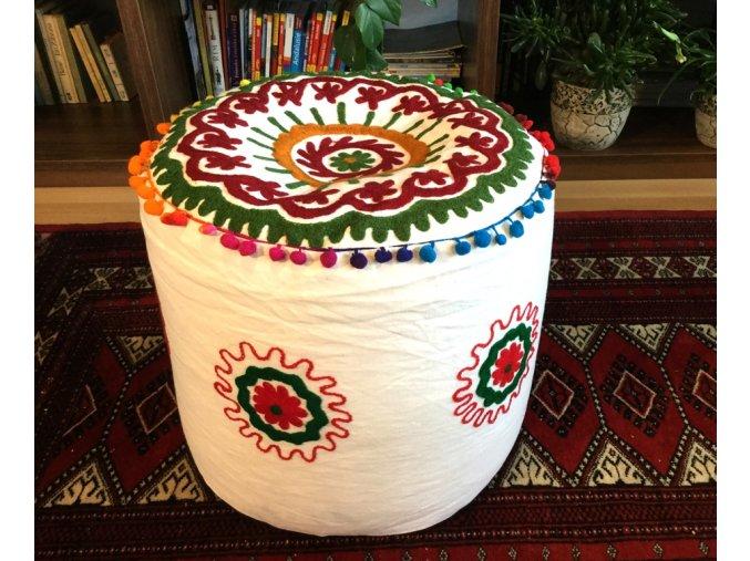 Indický vyšívaný puf taburet - ruční práce, podsedák, sedací pytel, sedací taburet z Indie, bílý se zelenými a červenými květy, DOPRAVA ZDARMA