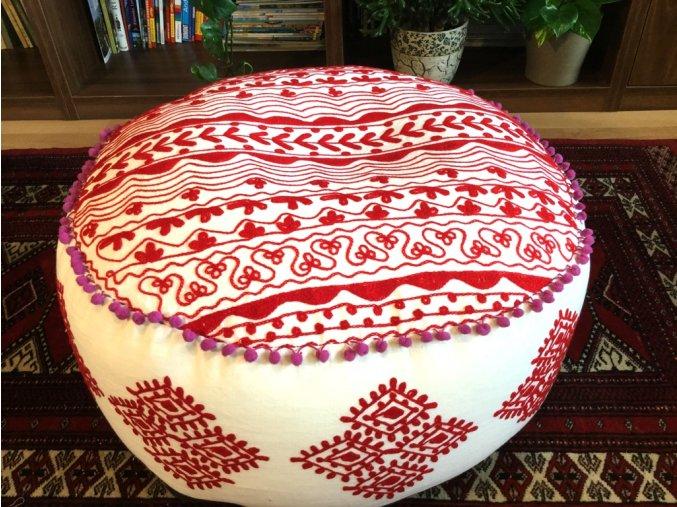 Indický vyšívaný puf taburet - ruční práce, podsedák, sedací pytel, sedací taburet z Indie, bílý s červenou výšivkou, DOPRAVA ZDARMA