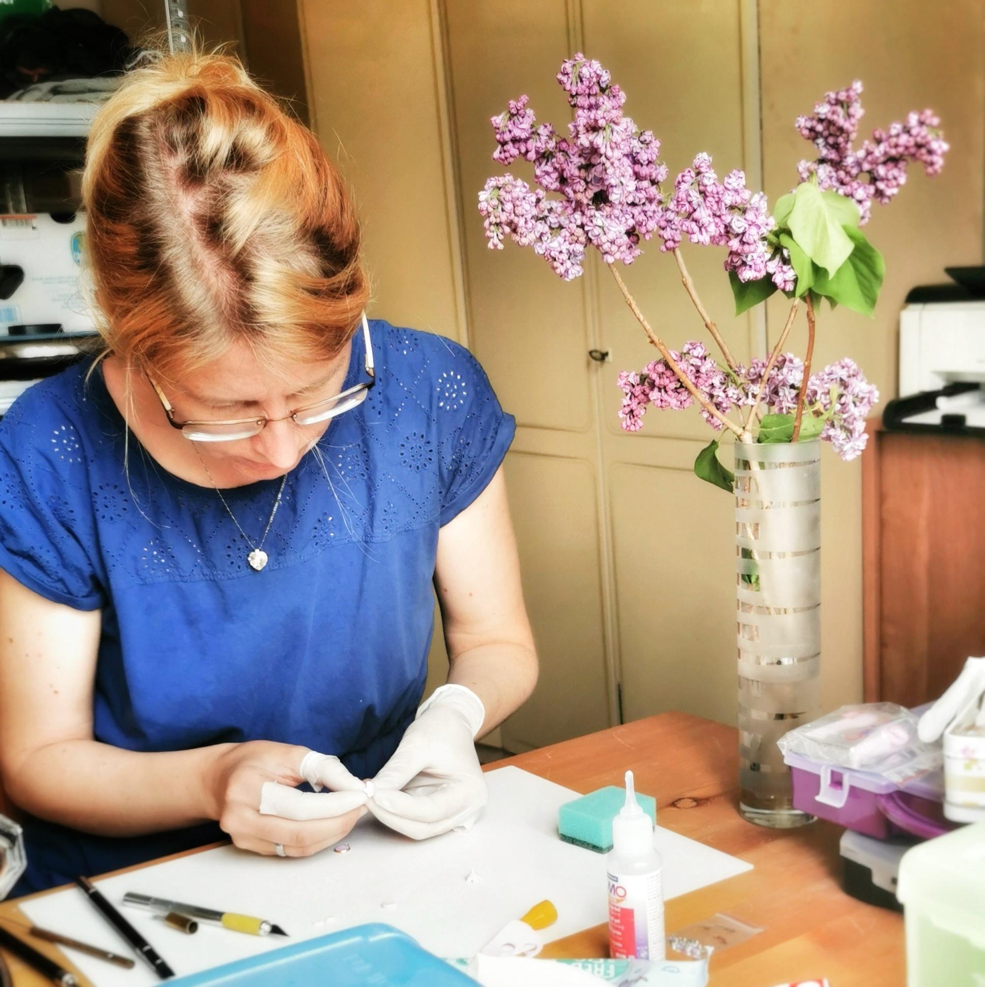 Mairi autorka květinových šperků při práci s polymerovou hmotou