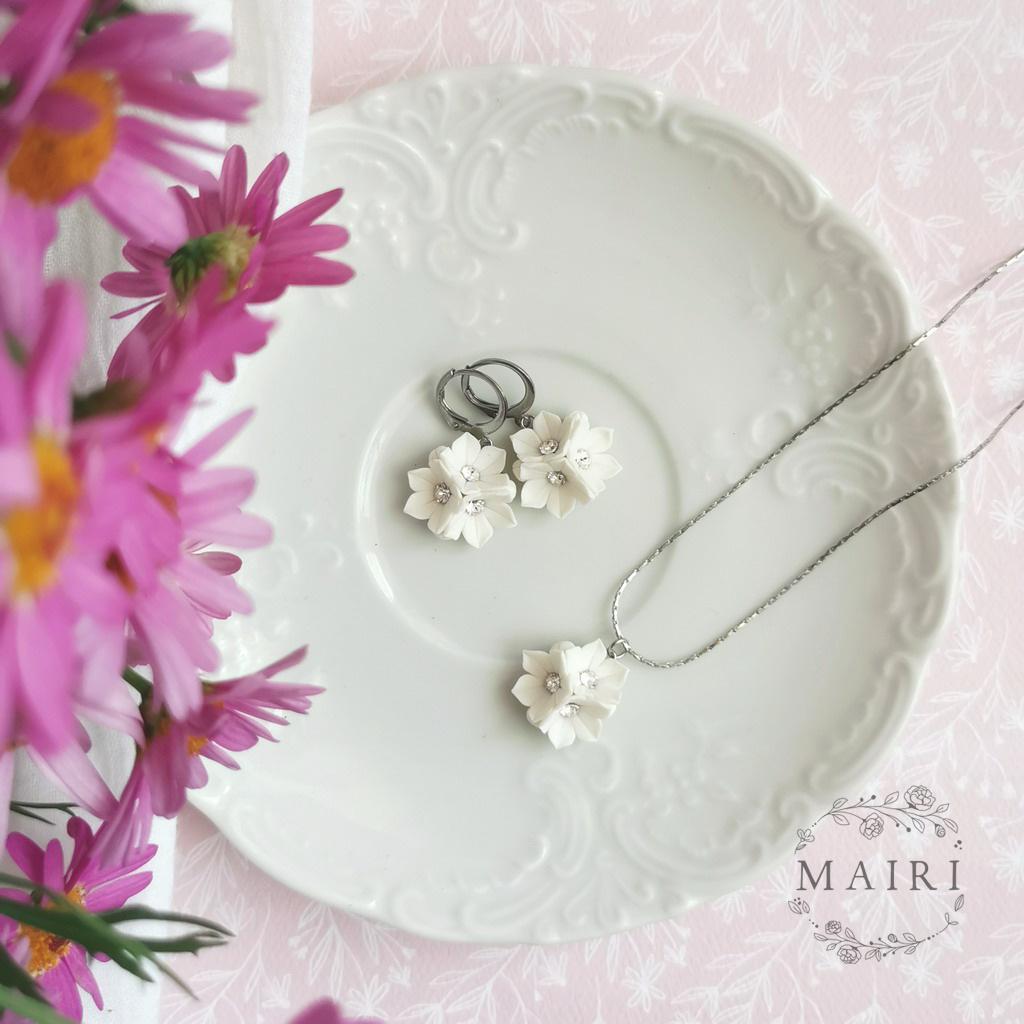 Mairi sada šperků s květinkami
