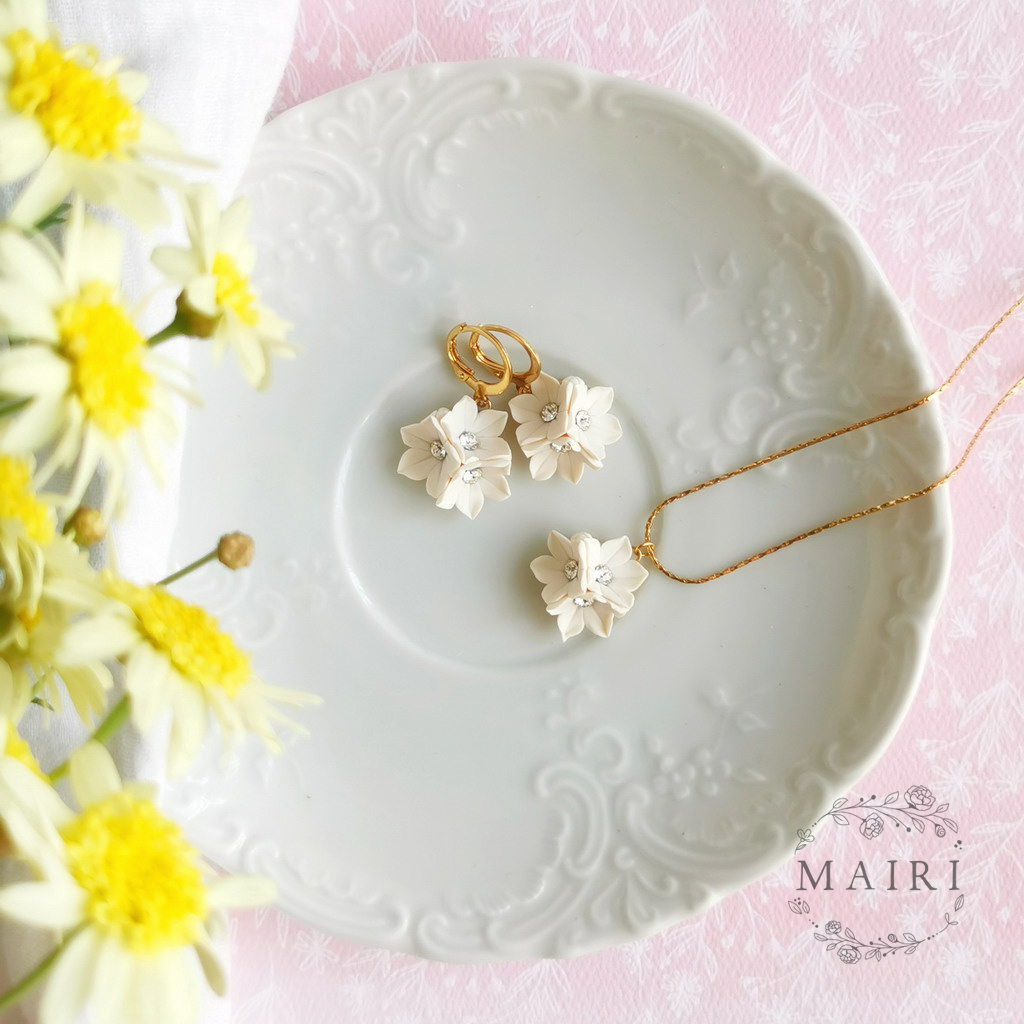 Mairi sada pozlacených šperků s květinkami