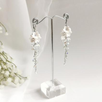 Mairi - bílé květinové svatební náušnice s krystaly