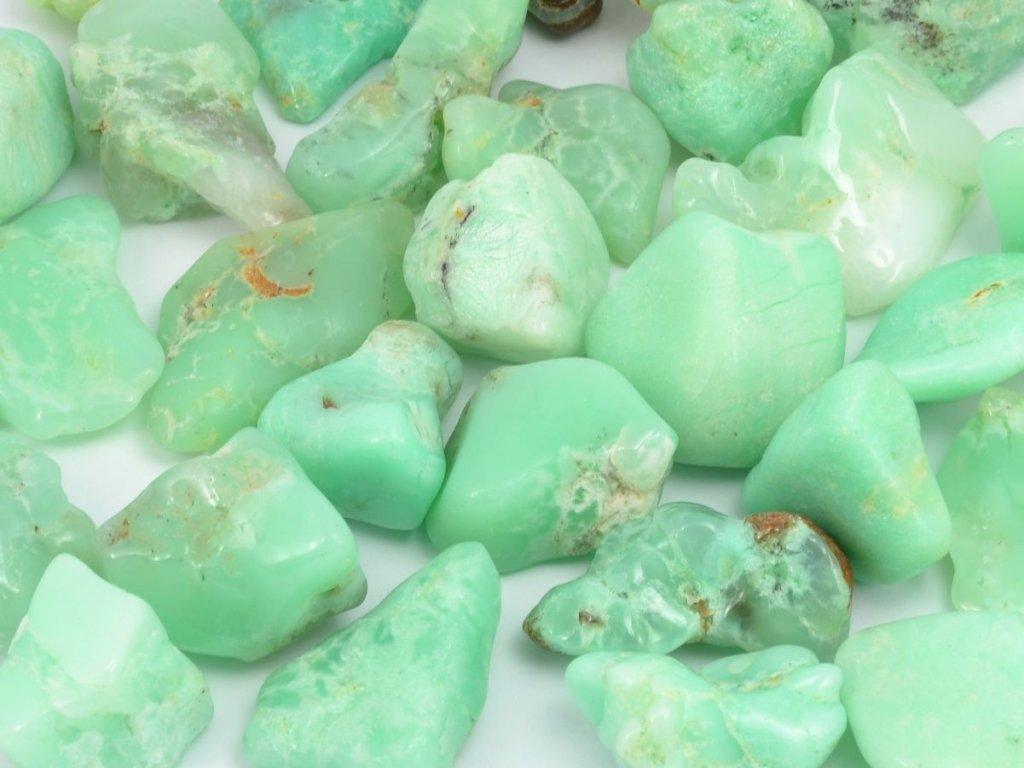 Jablíčkově zelené tromlované kameny chrysoprasu.