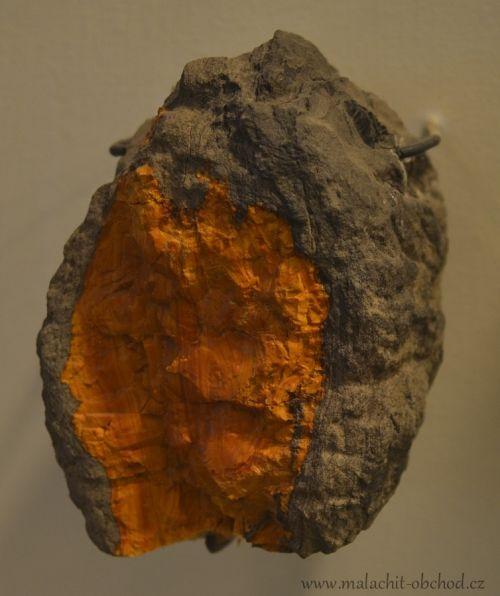 mineraly-jantar-valchovit-hrebec-u-svitav-8cm