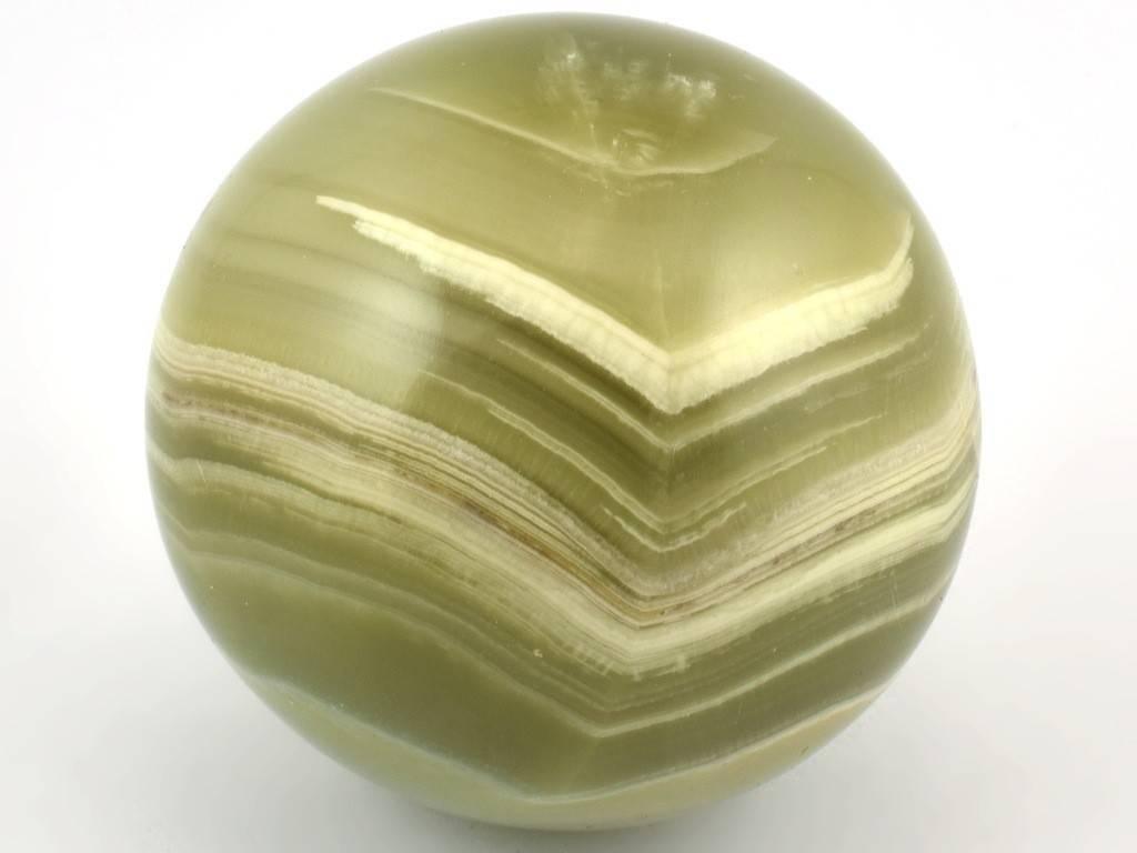 Zelená aragonitová koule s bílým páskováním.