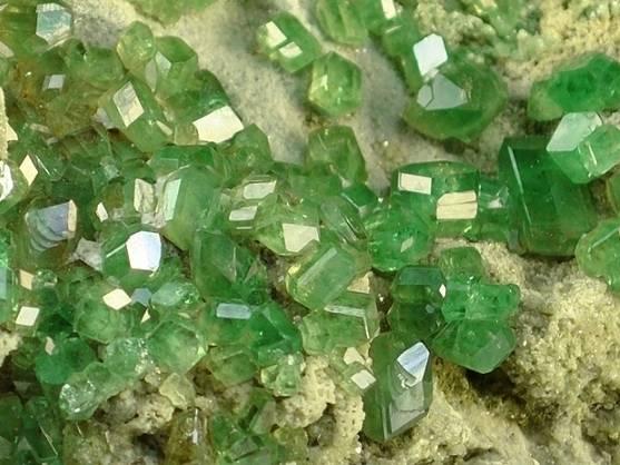 demantoid-andradite-zeleny-kamen