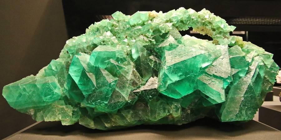 Velké zelené krystaly fluoritu - drúza.