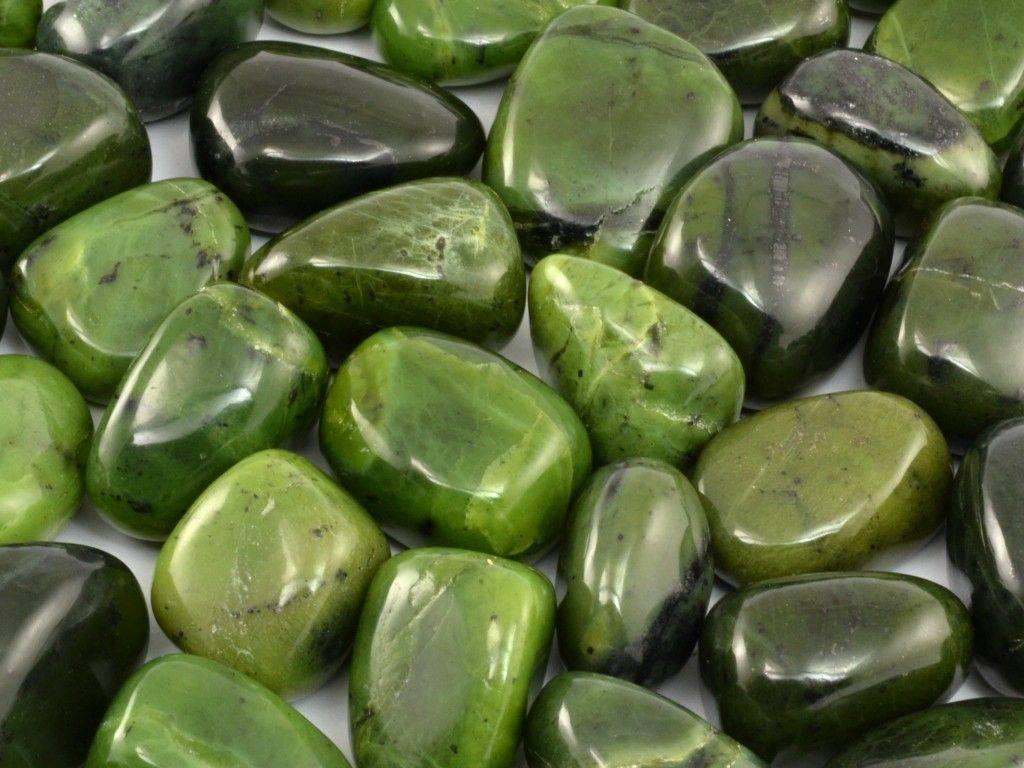 Jadeit zelený kámen upravený tromlováním.