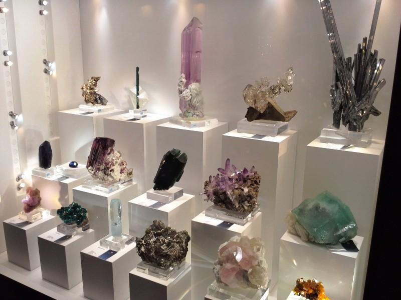 Různé druhy krystalů minerálů, nerostů