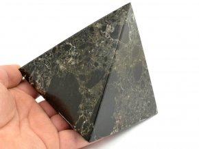 aragonit pyramida cerna 4b