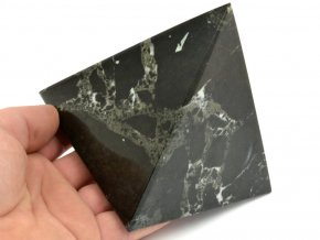 aragonit pyramida cerna 9b