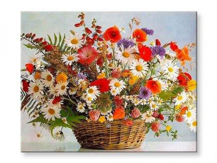 Květina lučního kvítí v proutěném košíku