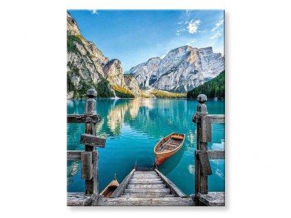 Jezero s loďkou v horách
