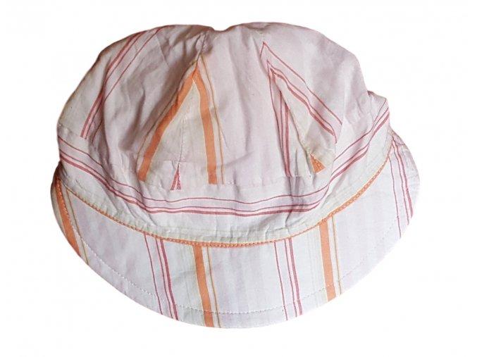 Bílý klobouček s kšiltem