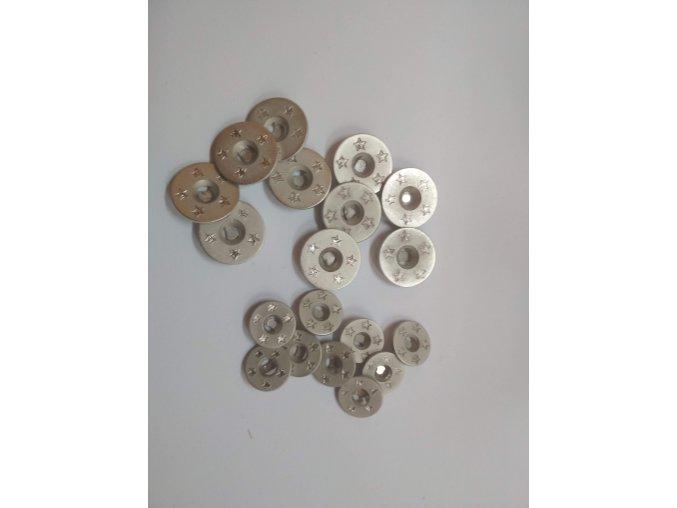 Knoflík dvoudírkový plastový kovového vzhledu stříbrný s hvězdami