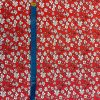 bavlneny uplet kytky bile na cervene metr