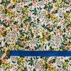 Bavlněné plátno žluté a lososové trsy květů na bílé2