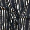 tkanina viskozova podelne pruhy na tmave modre 1