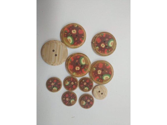 Gombík dvojdierkový plastový vzor jablká