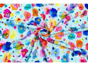 Bavlnený úplet rozpité farebné kytičky na bledomodrej
