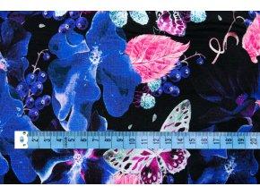 Viskózový úplet motýle a kvety na tmavomodrej