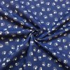 bavlna bile kvitky s listky na modre nahled