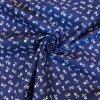 Bavlna drobné biele kytičky na modré