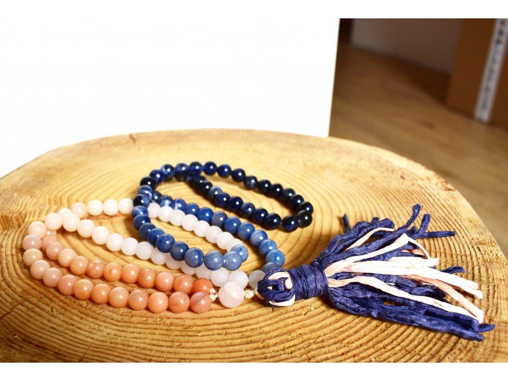 Náhrdelník JAPA MÁLA z minerálů HARMONIE A ROVNOVÁHA - sodalit, lososový a modrý avanturín, bílý nefrit, hedvábný střapec