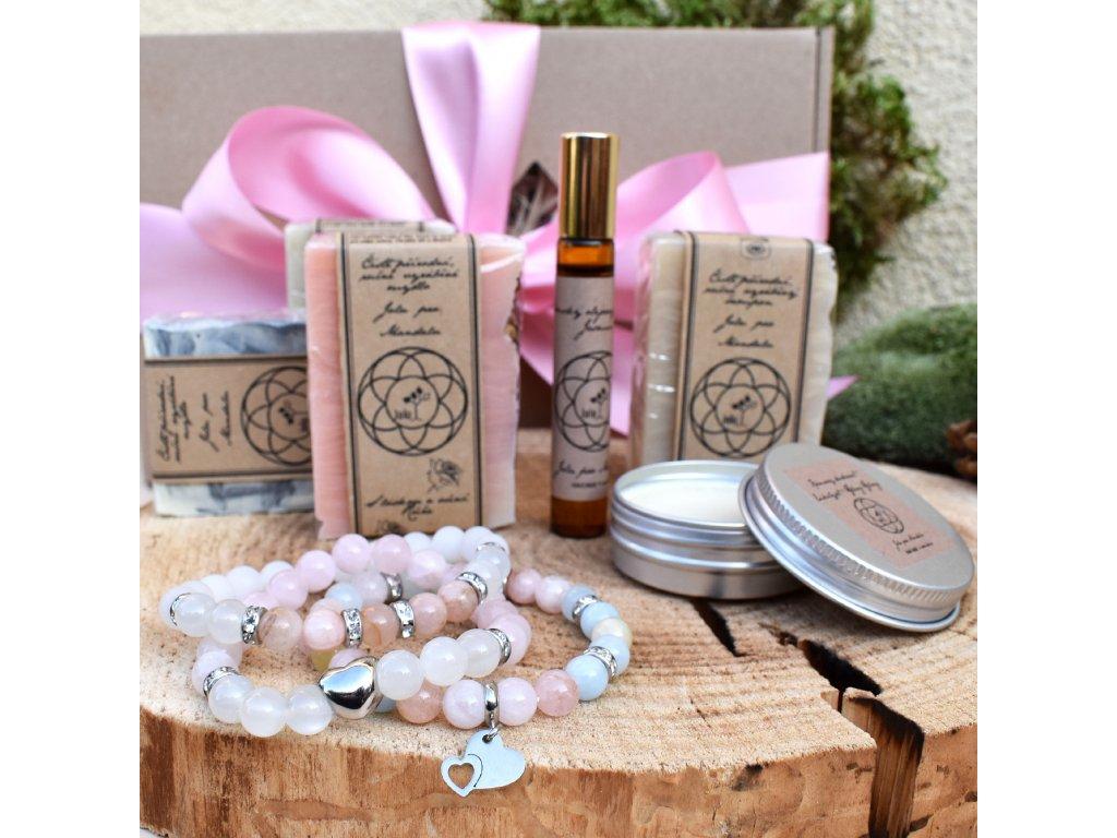 Dárkový balíček pro ženy LÁSKA (L) - sada tří náramků, tři přírodní mýdla, přírodní šampón, krémový deodorant, parfém
