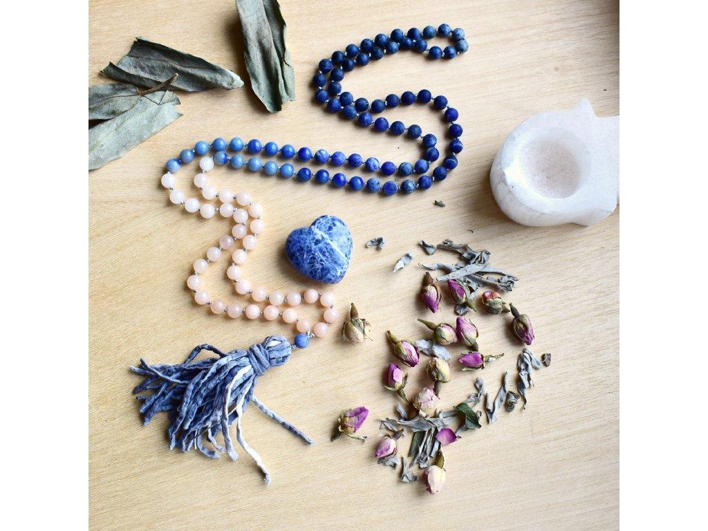 Japa Mála náhrdelník VYROVNANÁ MYSL - lososový avanturín, modrý avanturín, sodalit, dumortierit, hedvábí