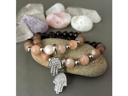 Náramek z minerálů MATEŘSTVÍ - granát, měsíční kámen, hamsa, chirurgická ocel