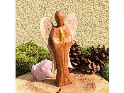 Ručně vyřezávaný ANDĚL LÁSKY - dřevo, 25 cm