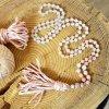 Japa Mála ESENCE ŽENSTVÍ - lososový avanturín, bílý nefrit, chirurgická ocel rose gold, hedvábný střapec