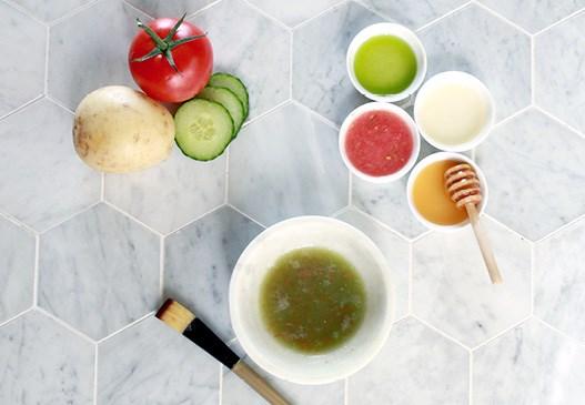 Uhorkovo-zemiakovo-paradajková rozjasňujúca maska